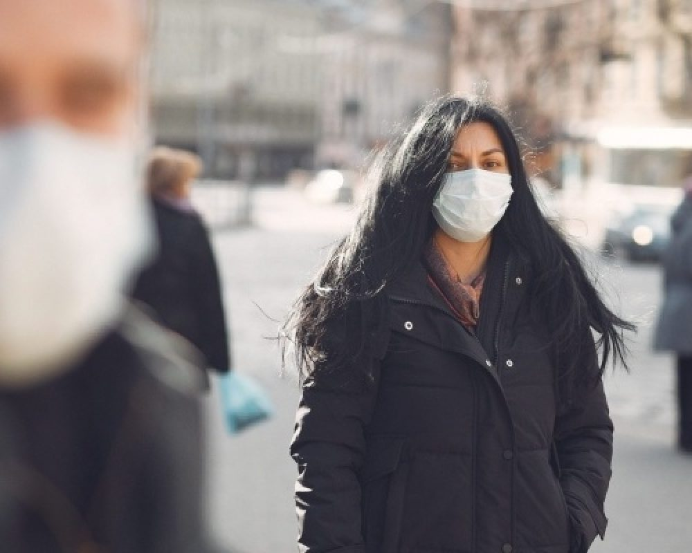 Woman in the street wearing a protection mask